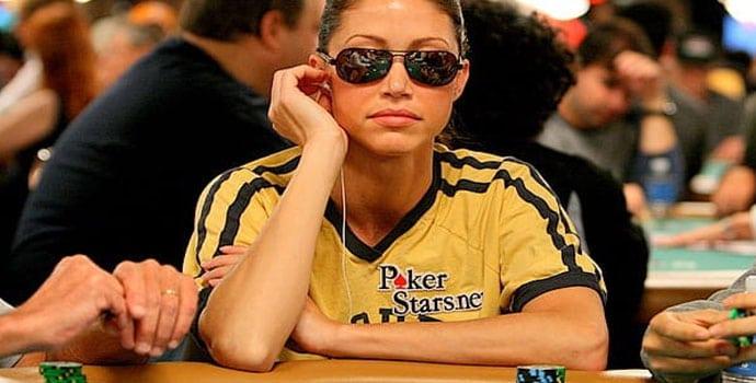 Shannon Elizabeth bermain poker
