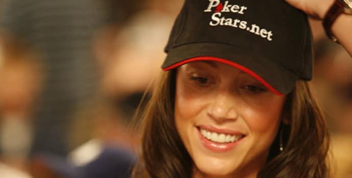 Shannon Elizabeth dengan topi Poker Stars